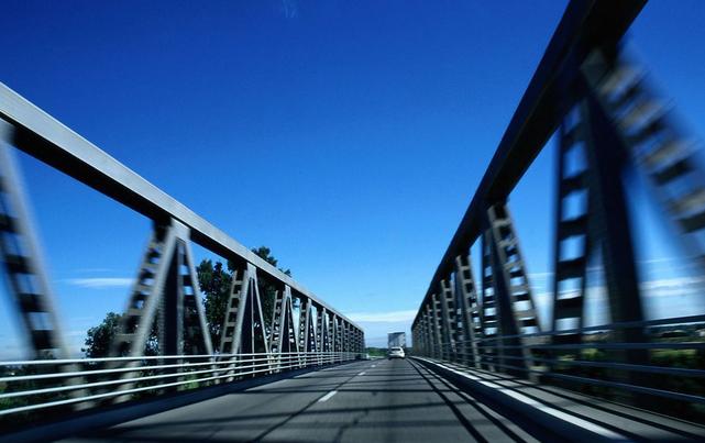 驾驶证到期后发生交通事故保险公司是否担责